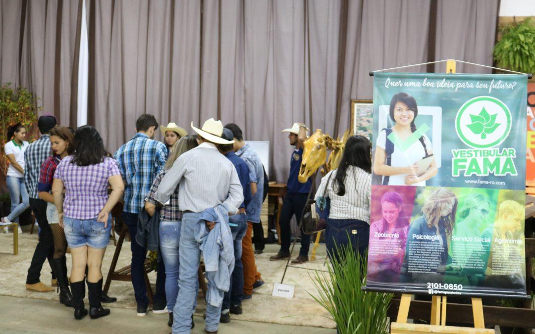 Na primeira noite da 33ª Expovil, estande da FAMA recebe público diverso