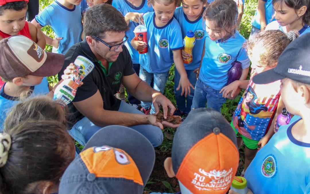 """Docentes da FAMA participam de atividades do """"Dia do Solo"""" junto a alunos da rede municipal de ensino"""